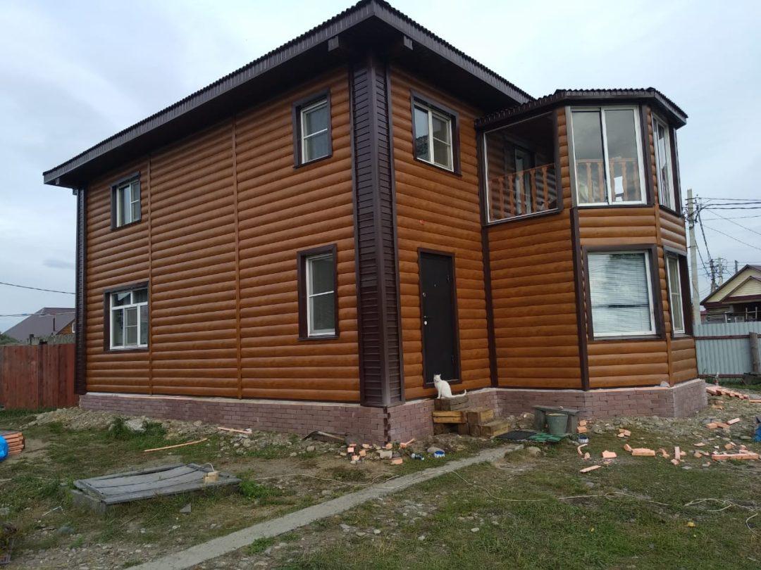 Отделка фасада дома металлосайдингом БлокХаус Орех